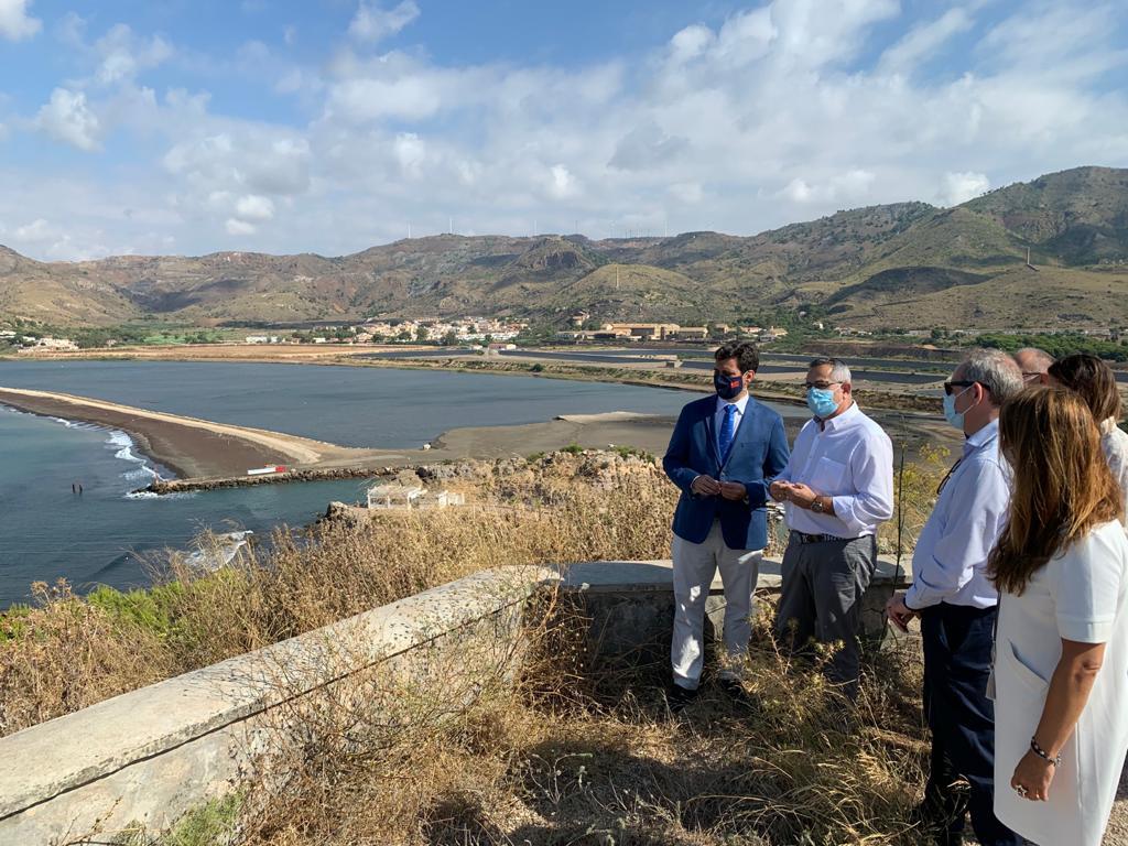 El consejero de Fomento e Infraestructuras, José Ramón Díez de Revenga, durante su visita a la bahía de Portmán donde ha pedido al Estado que se reactiven las obras de regeneración. Imagen: CARM