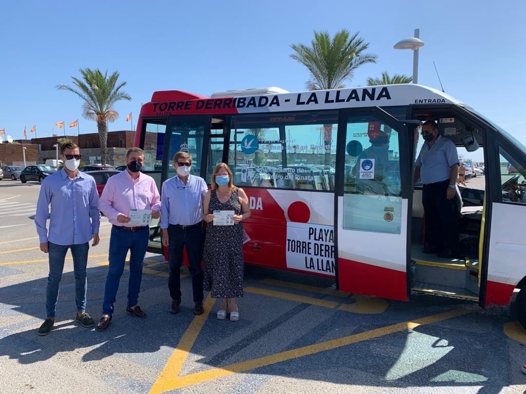 El director del Medio Natural junto a la alcaldesa de San Pedro del Pinatar presentan el servicio gratuito de autobús a las playas del Parque Regional. Imagen: CARM