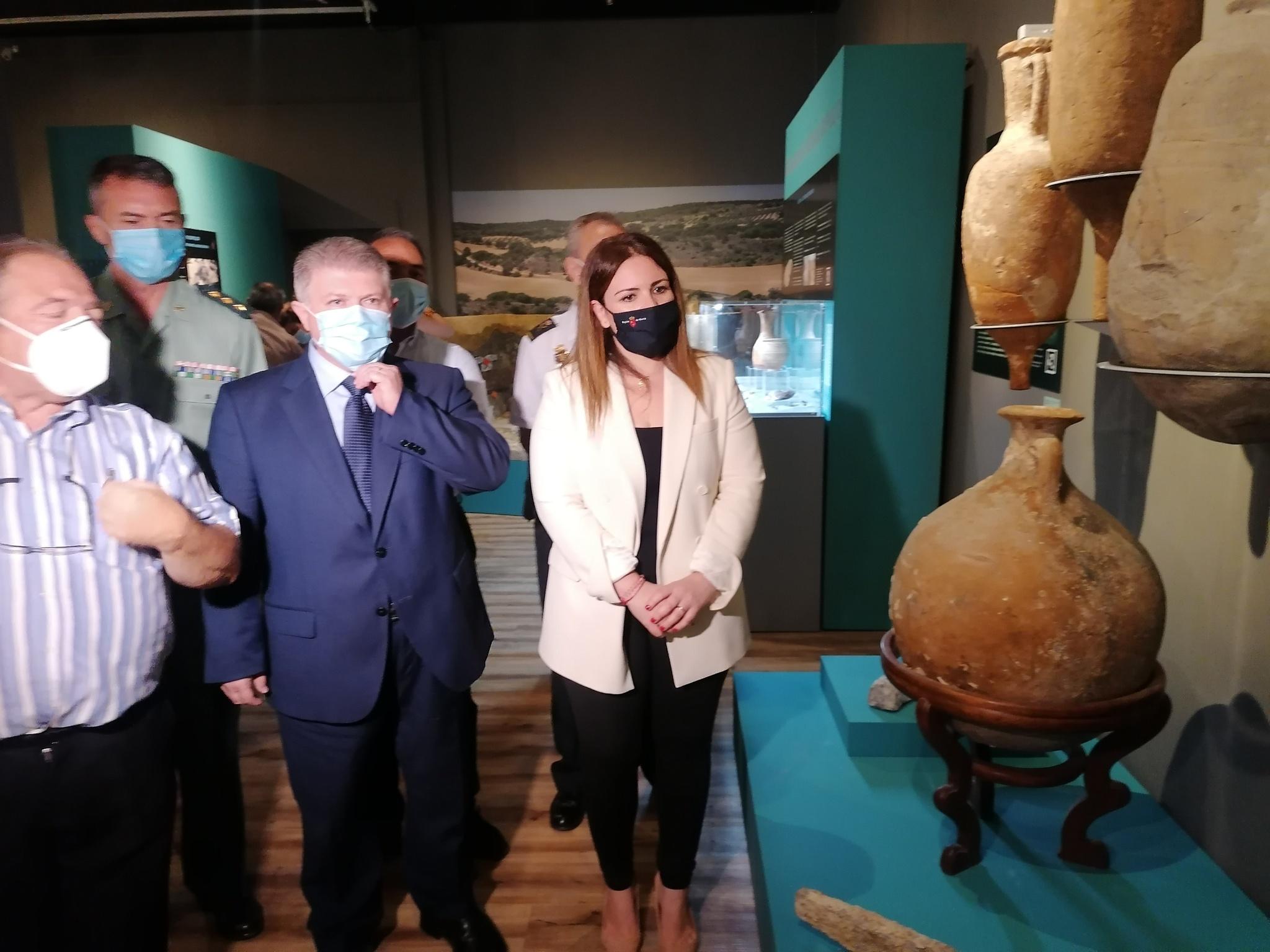 Visita a la exposición 'Luchando contra el expolio'. Imagen: CARM
