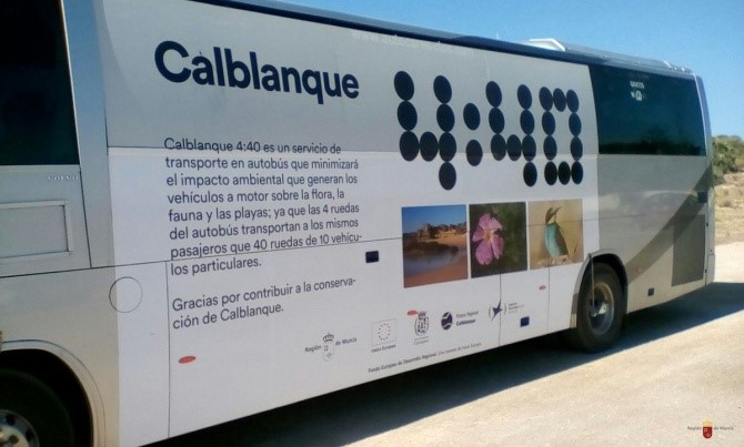 Autobús del servicio 4:40 que permite el acceso de visitantes al Parque Regional de Calblanque durante la prohibición de entrada con vehículos particulares. Imagen: CARM