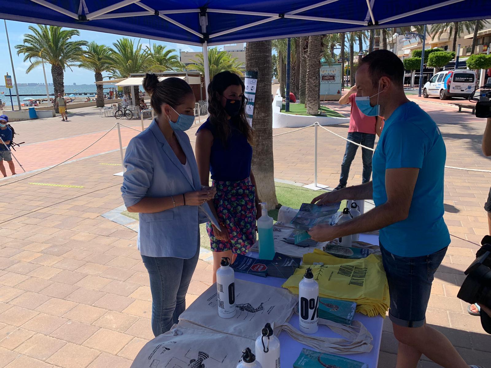 La directora general del Mar Menor, Miriam Pérez, presentando la campaña de sensibilización ambiental 'Mar Menor 2020'
