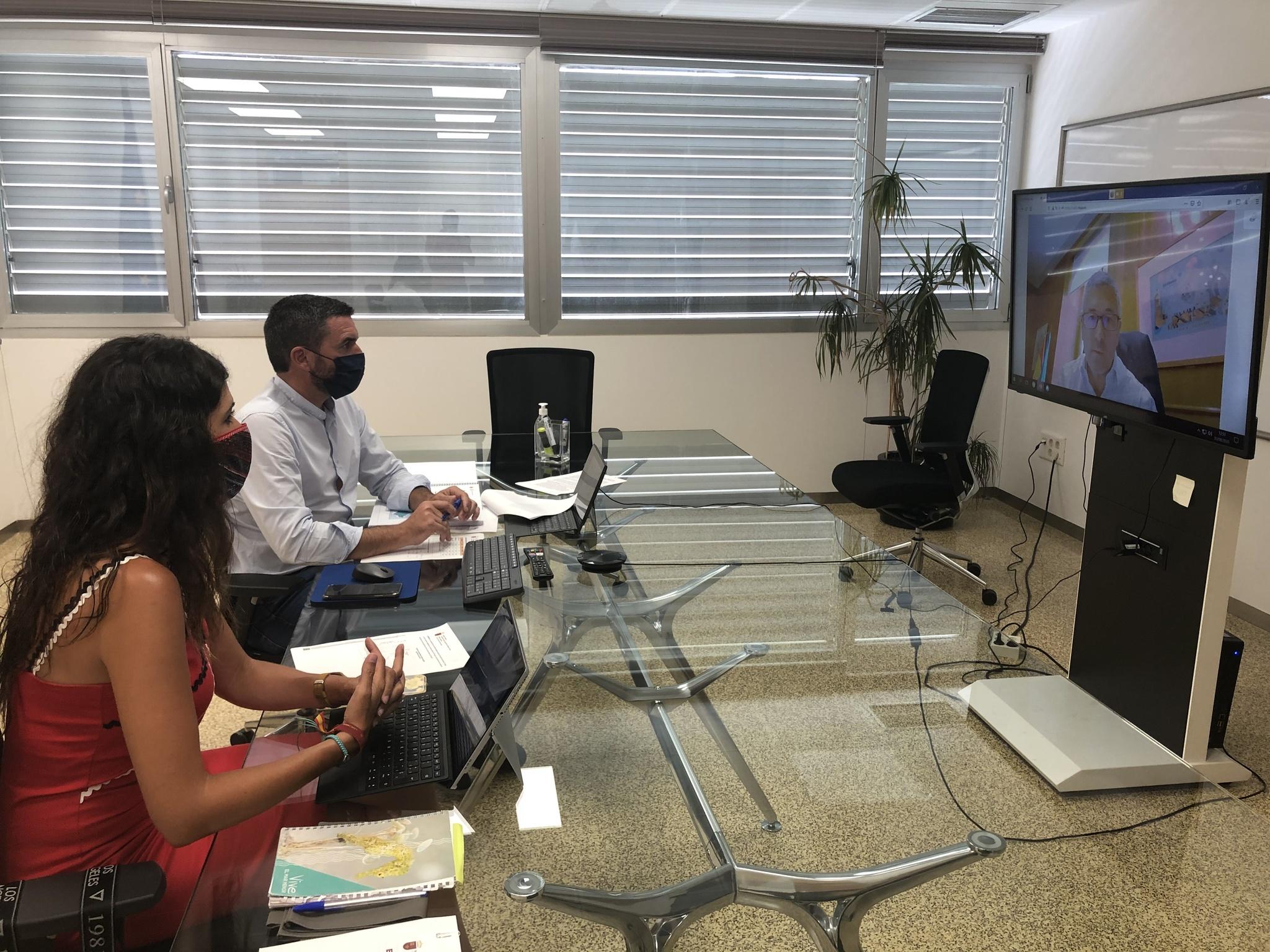 El consejero Antonio Luengo, acompañado de la directora general del Mar Menor, Miriam Pérez, en la reunión de trabajo con el Secretario de Estado de Medio Ambiente. Imagen: CARM
