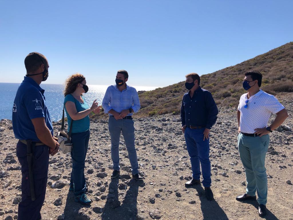 El consejero de Medio Ambiente, Antonio Luengo, acompañado por el alcalde de San Javier, José Miguel Luengo, durante su visita a la Isla Grosa. Imagen: CARM