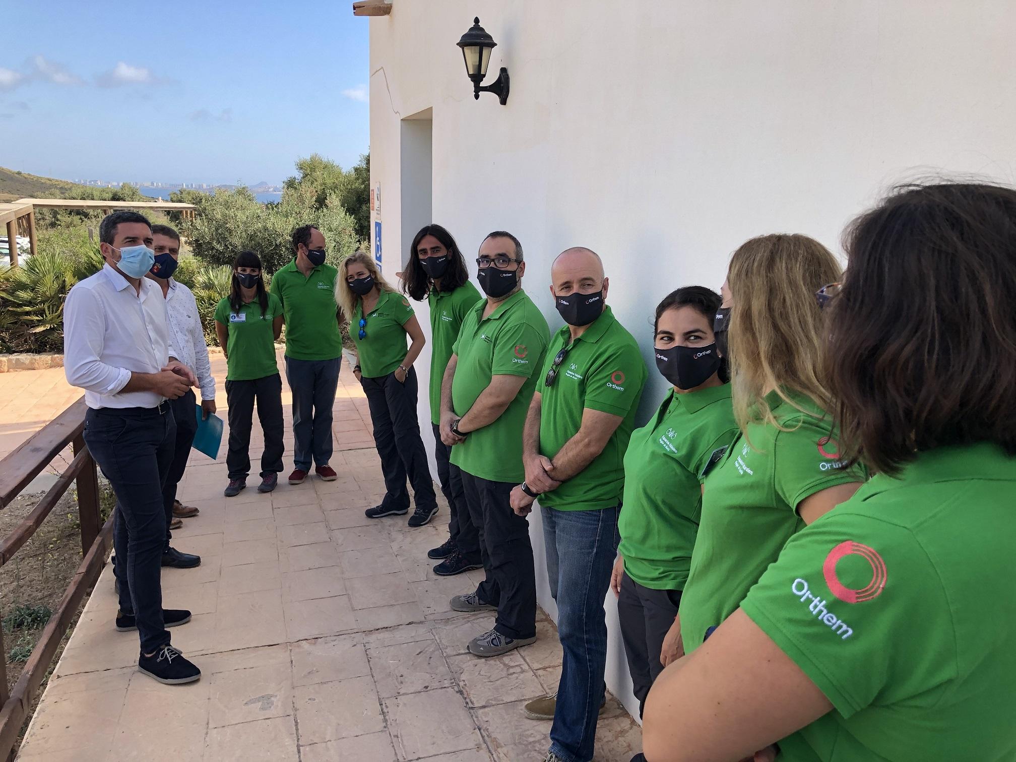 El consejero de Medio Ambiente, Antonio Luengo, en el Centro de Visitantes de Las Cobaticas, en Calblanque, con los informadores en Espacios Naturales. Imagen: CARM