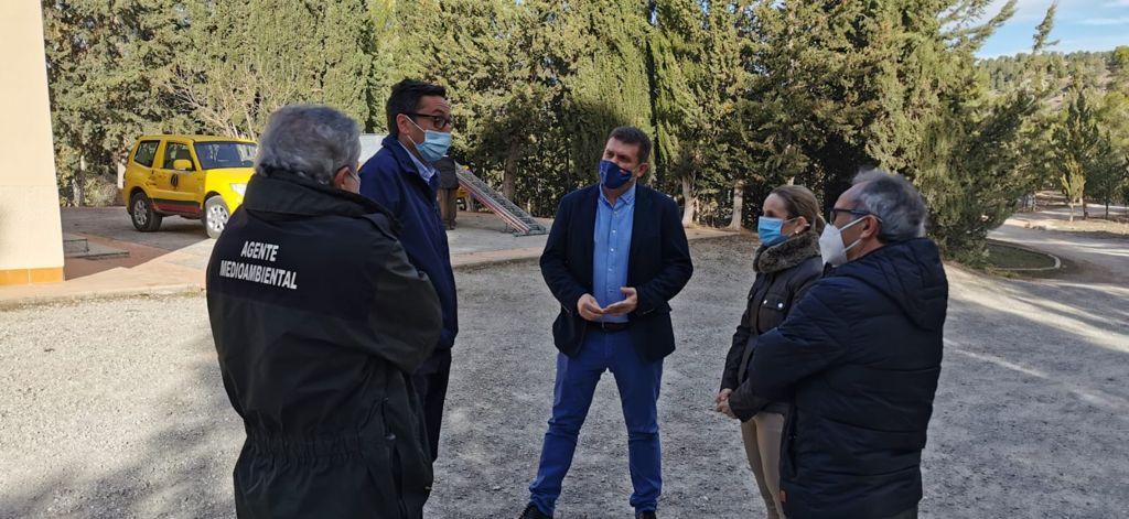 Fulgencio Perona, junto a la alcaldesa de Cehegín, Alicia del Amor, durante una visita realizada al municipio. Imagen: CARM