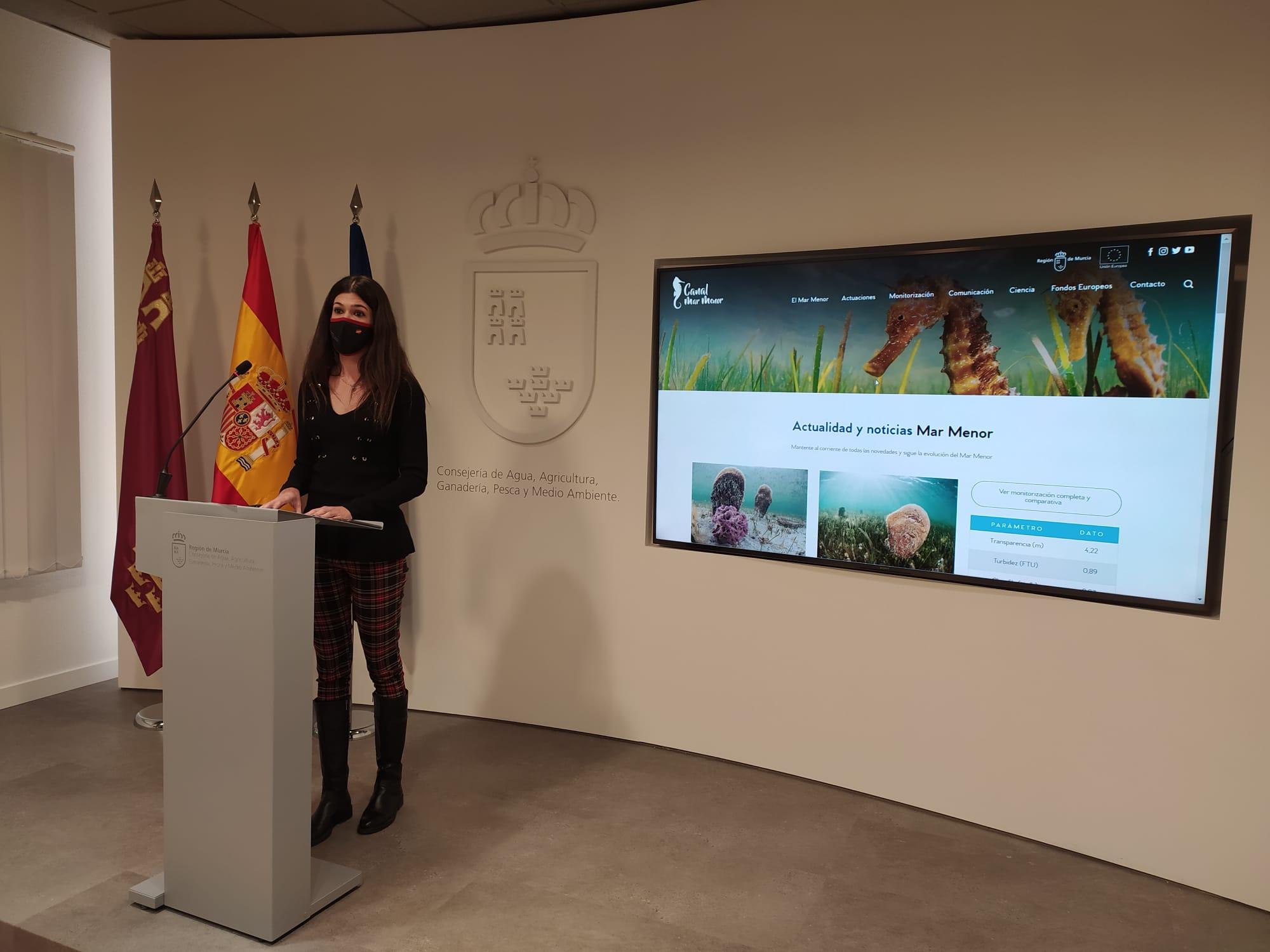 La directora general del Mar Menor, Miriam Pérez, durante el acto de presentación de la nueva web. Imagen: CARM