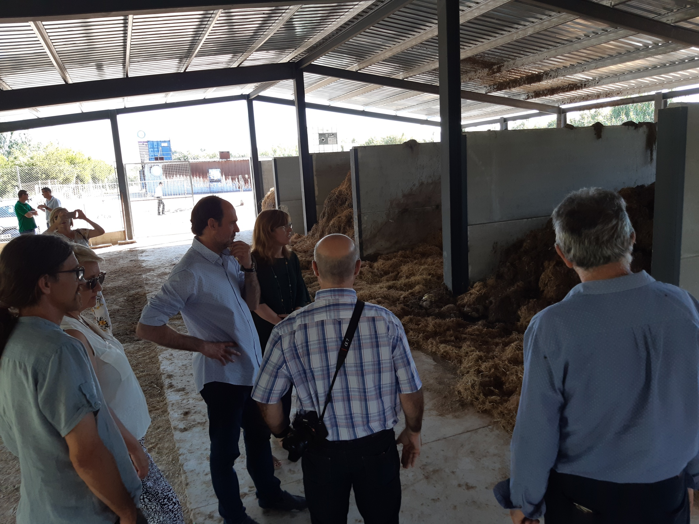 Medio Ambiente y Mercavalencia ponen en marcha un proyecto de compostaje para gestionar los residuos de la paja del arroz. Imagen: Generalitat Valenciana