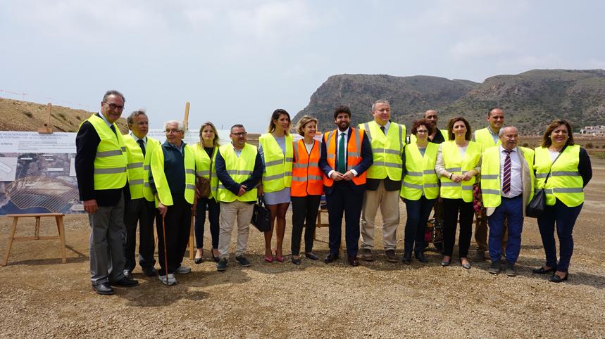 La ministra de Agricultura y Pesca, Alimentación y Medio Ambiente, Isabel García Tejerina, durante su visita a las obras de regeneración ambiental de la Bahía de Portmán. Imagen: Mapama