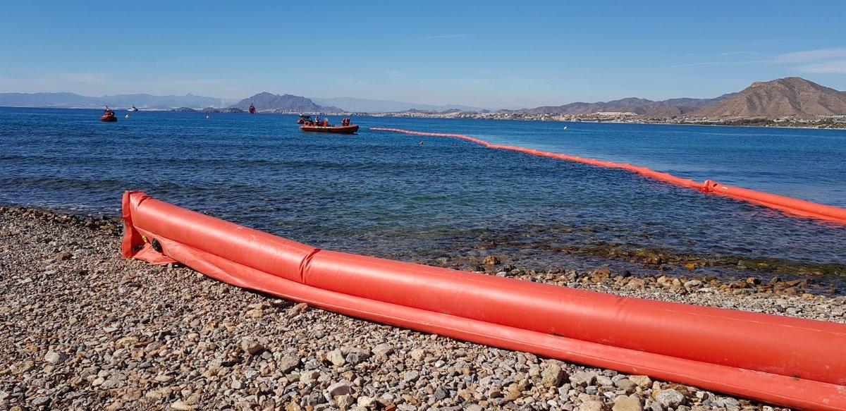 Un momento del simulacro de contaminación marina en La Azohía. Imagen: MITECO
