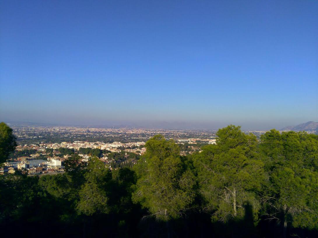 """Imagen de la """"boina"""" de contaminación que se podía observar ayer domingo sobre el municipio de Murcia, desde el Parque Regional de El Valle. Fotografía: EEA"""