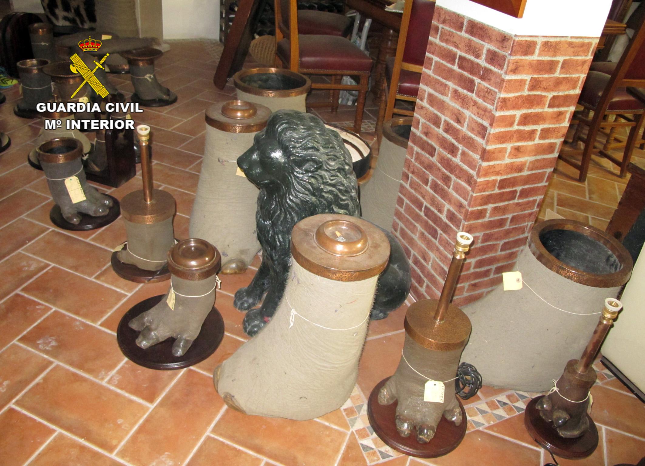 Miembros de animales para hacer de ceniceros y otros usos. Imagen: Seprona