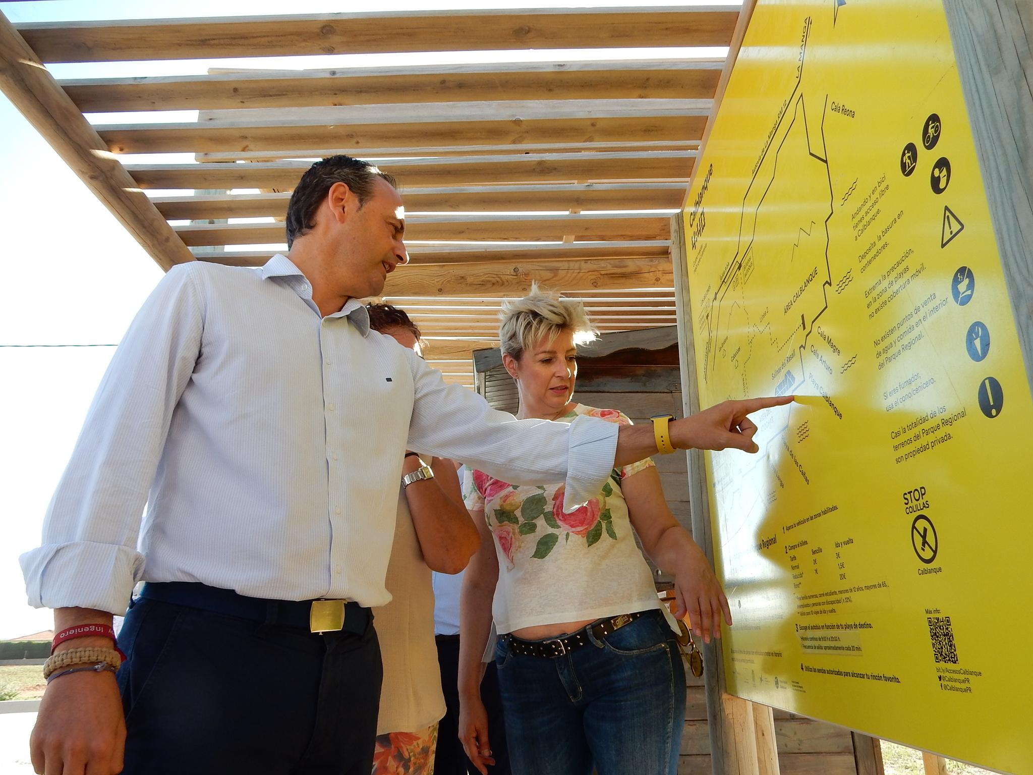Imagen del consejero de Turismo, Cultura y Medio Ambiente, Javier Celdrán, observando el cartel del servicio 'Calblanque 4.40'. Imagen: CARM