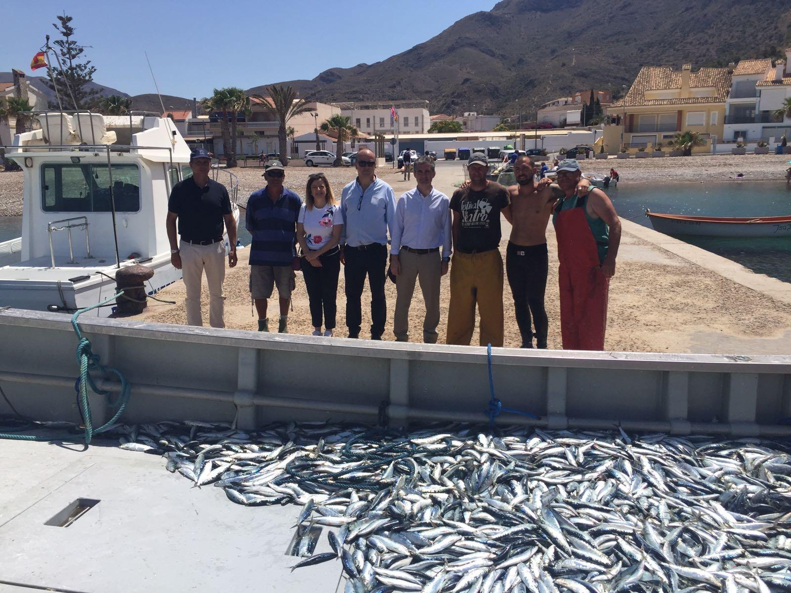 Durante su visita el consejero Miguel Ángel del Amor se ha interesado por la pesca de la almadraba en La Azohía. Imagen. CARM