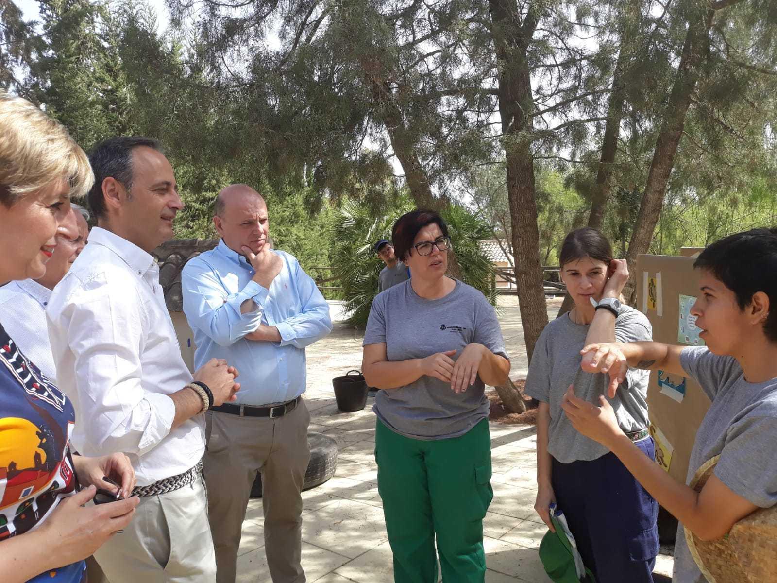 El consejero Javier Celdrán atiende las explicaciones de miembro de Fundown en su visita al Arboretum de El Valle. Imagen: CARM