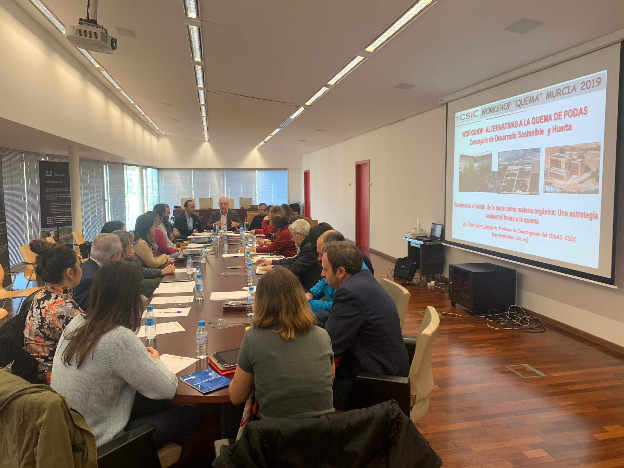 Un momento del taller de trabajo sobre la correcta gestión de residuos de la actividad agrícola dentro de la estrategia municipal 'Aire Limpio'. Imagen: Ayto. de Murcia