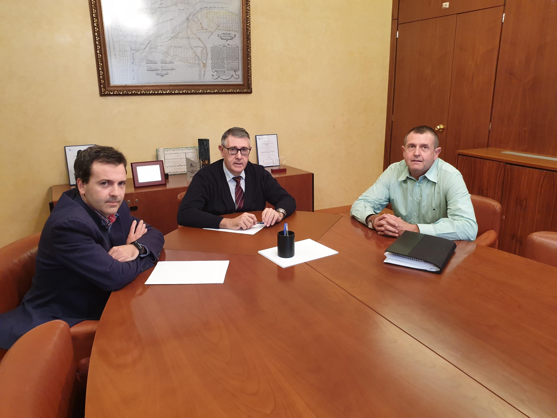 De derecha a izquierda: el investigador de la UPCT Ángel Faz junto al presidente de la CHS, Mario Urrea, y al comisario adjunto, Adolfo Mérida. Imagen: CHS