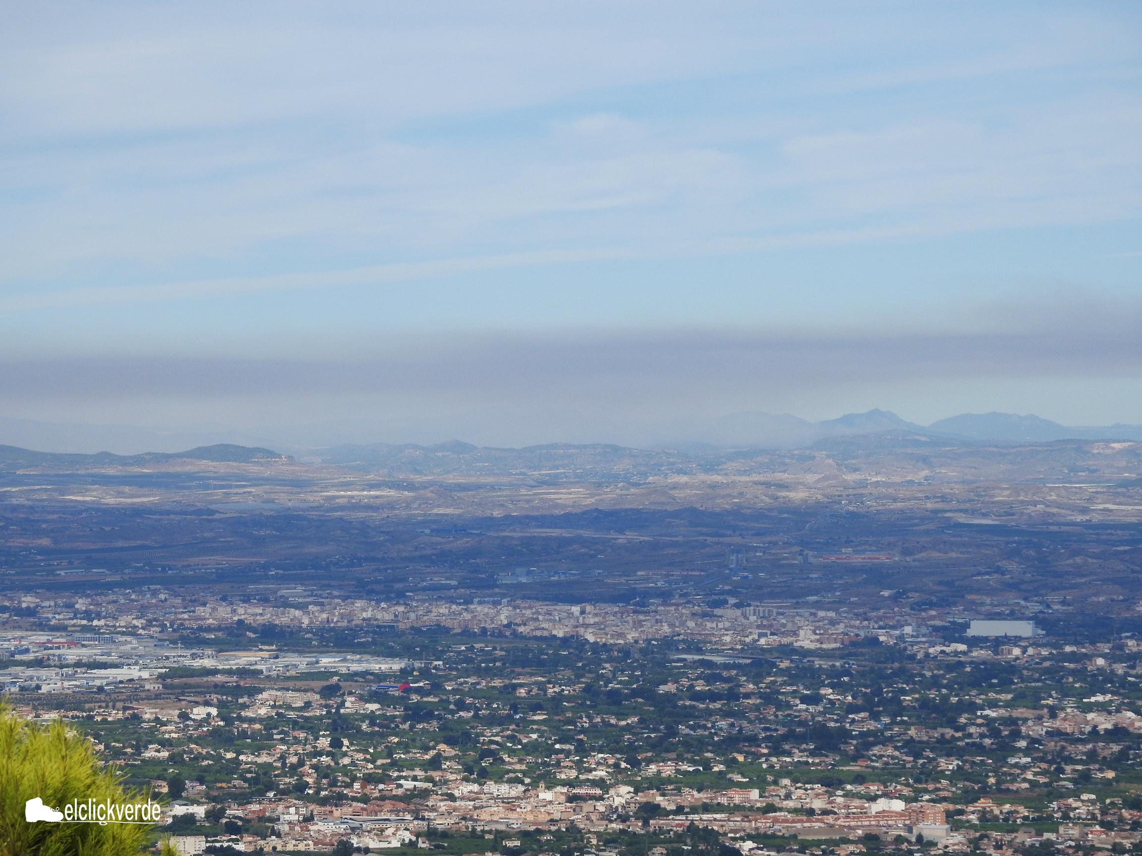 Vista del humo generado por el incendio desde la Cresta del  Gallo (Murcia)