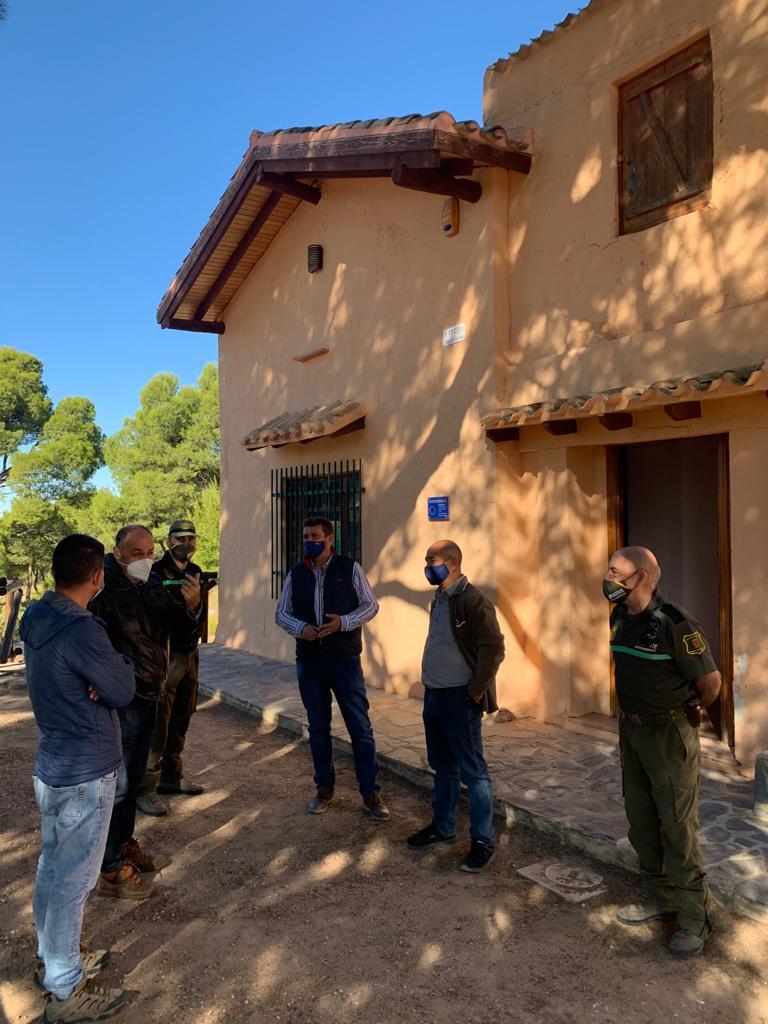 El director general de Medio Natural, Fulgencio Perona, acompañado del concejal de Medio Ambiente de Yecla, Jesús Verdú, durante la visita al futuro emplazamiento del puesto de información del Monte Arabí.