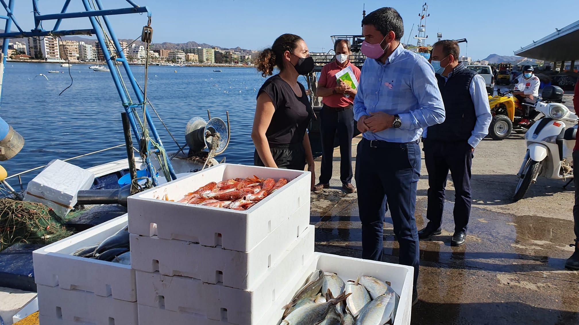 El consejero Antonio Luengo, durante su visita a la Lonja de pescado de Águilas. Imagen: CARM