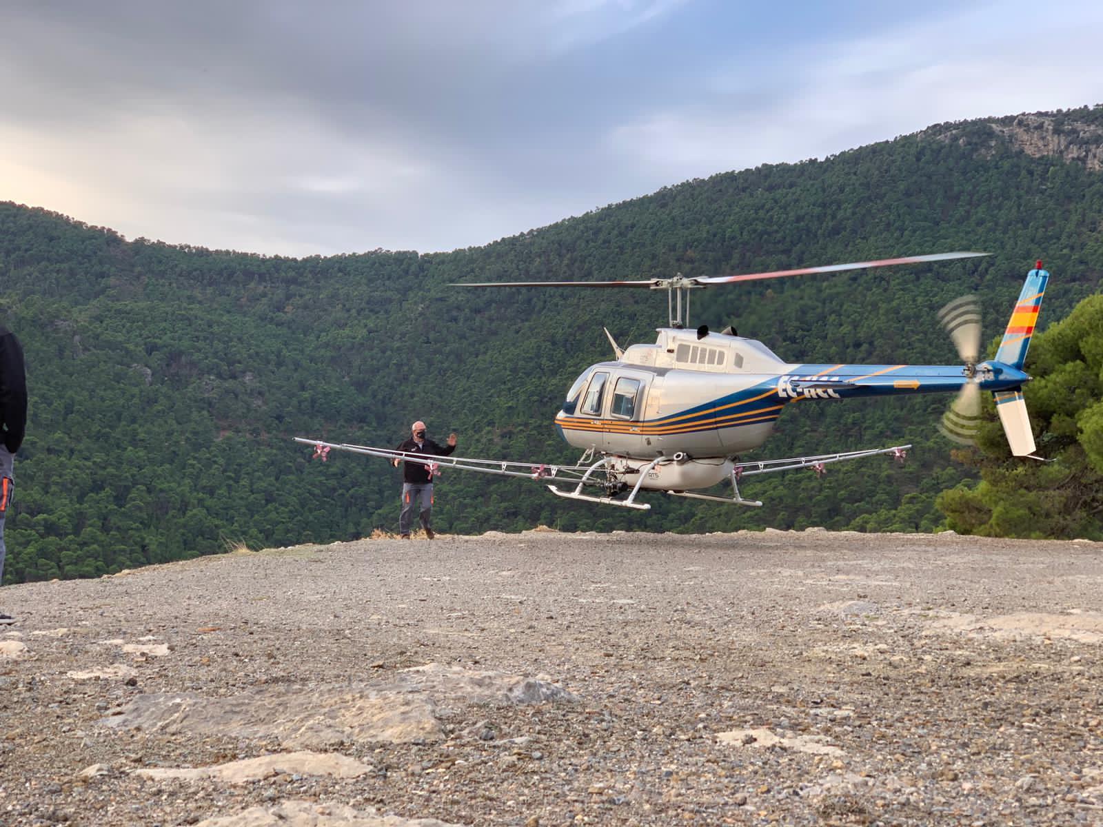 Helicóptero dispuesto a realizar las tareas de fumigación para atajar el problema de procesionaria del pino en Sierra Espuña. Imagen: CARM
