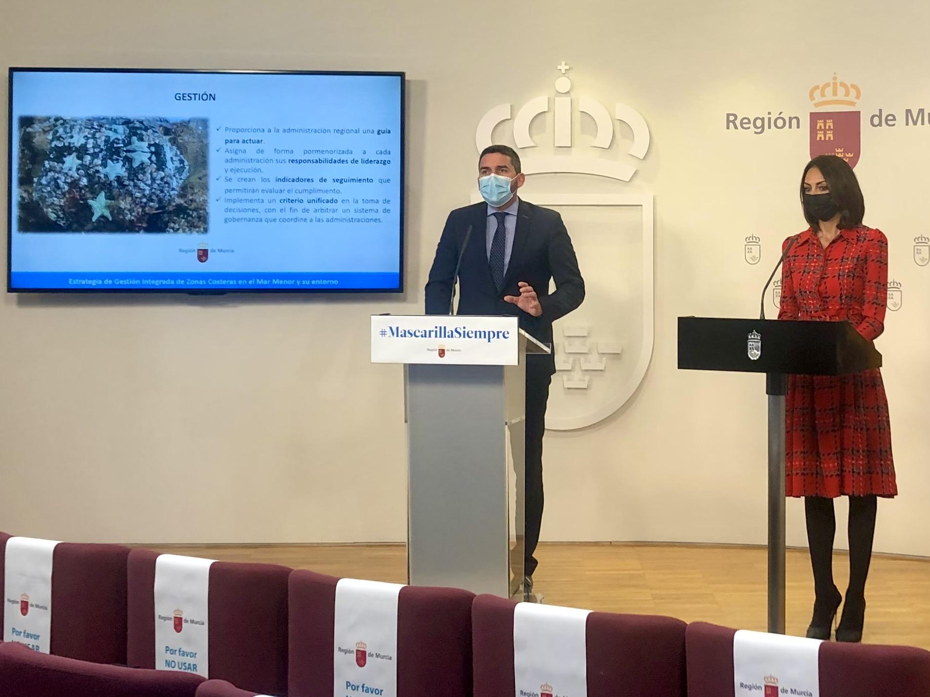 El consejero Antonio Luengo, explicando la Estrategia de Gestión Integrada de Zonas Costeras en el Mar Menor y su entorno aprobada ayer. Imagen: CARM