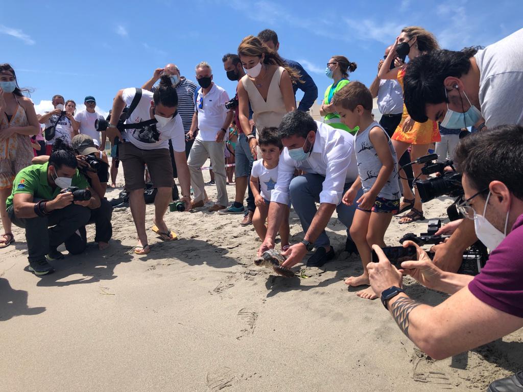 El consejero Antonio Luengo, en el acto de suelta de las diez tortugas en la Cala del Esparto, de La Manga. Imagen: CARM