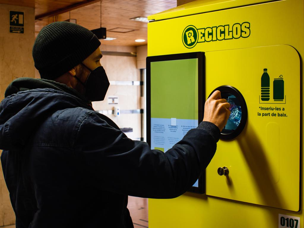 Un usuario deposita un residuo en una de las máquinas de incentivos. Imagen: GV