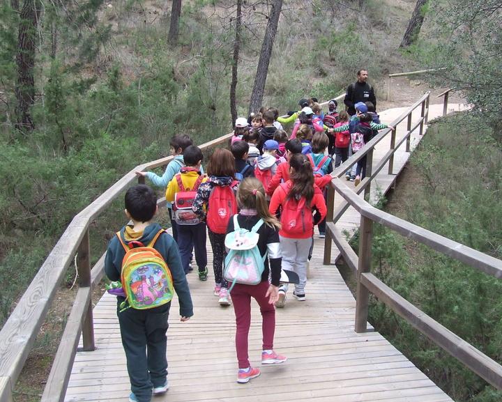 Unos niños, paseando por un espacios natural de la Región de Murcia. Imagen: CARM