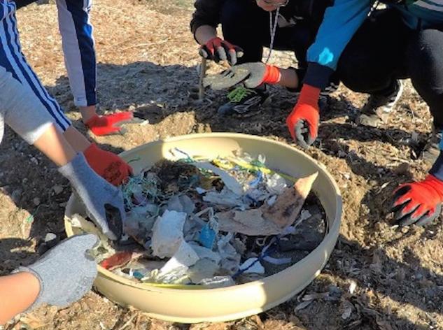 Una de las acciones de limpieza de playas que se ha llevado a cabo en la Región de Murcia para la recogida de basura y plásticos. Imagen: CARM
