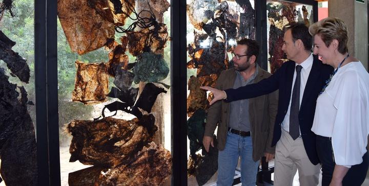 El consejero de Empleo, Universidades, Empresa y Medio Ambiente, Javier Celdrán, junto a la directora general de Medio Natural, Consuelo Rosauro, ante los desechos que causaron la muerte a un cachalote. Imagen: CARM
