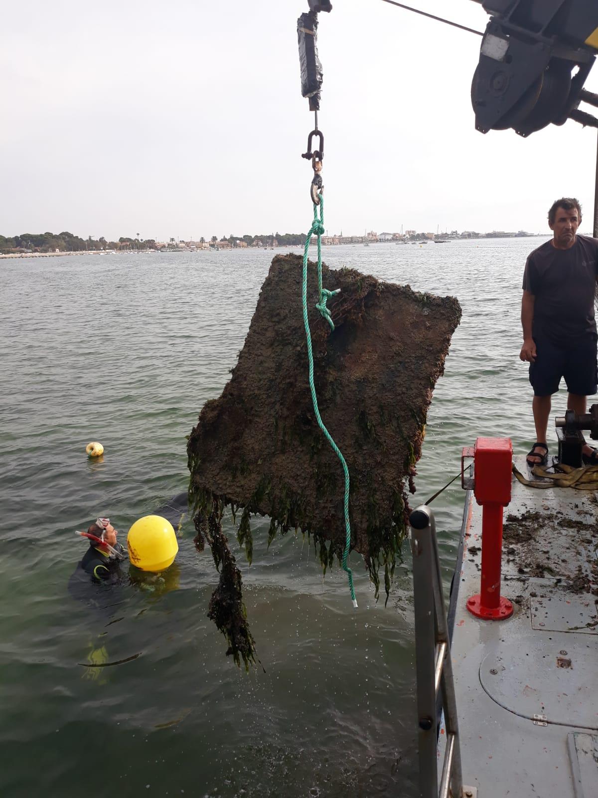 Un momento de la retirada de 'muertos' para el amarre ilegal de embarcaciones en el mar Menor. Imagen: CARM