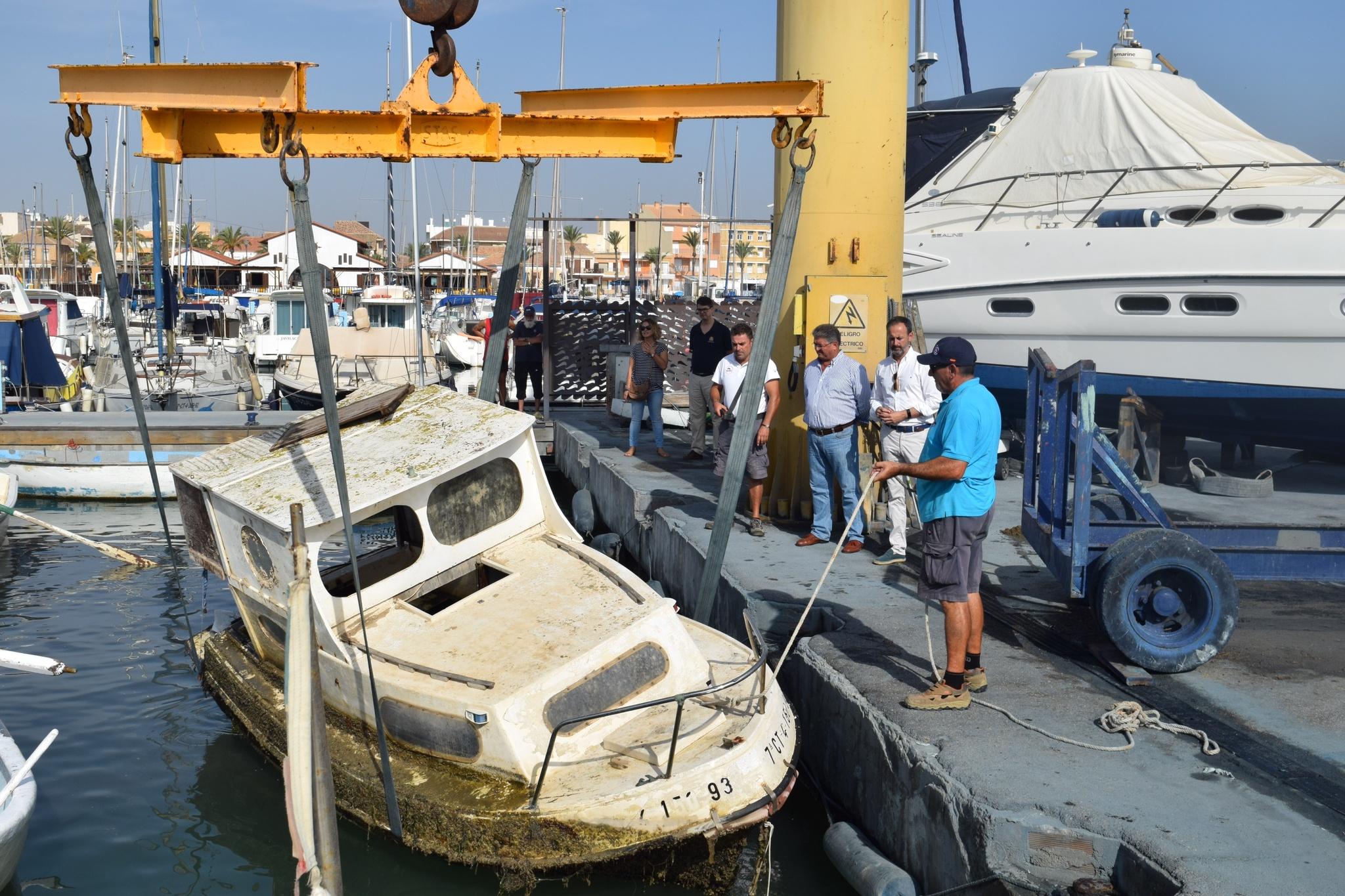 Trabajos de extracción de una embarcación semihundida en el Mar Menor. Imagen: CARM