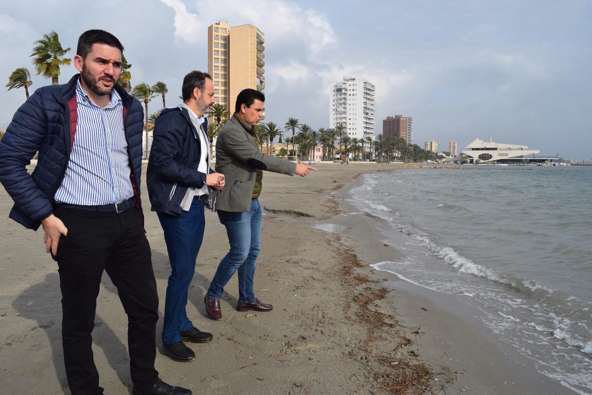El consejero de Empleo, Universidades, Empresa y Medio Ambiente, Javier Celdrán, visita las playas de San Javier afectadas por el episodio de fuertes lluvias de las últimas horas acompañado del alcalde de la localidad, José Miguel Luengo. Imagen: CARM