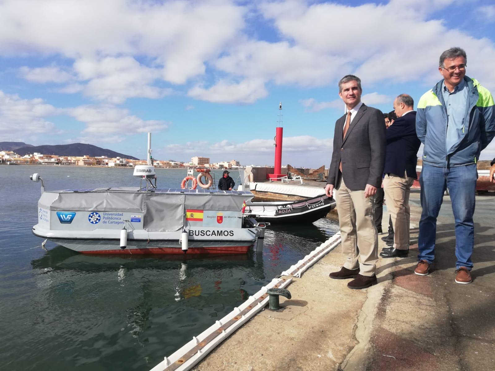 El consejero Miguel Ángel del Amor junto al dron de superficie marina. Imagen: CARM