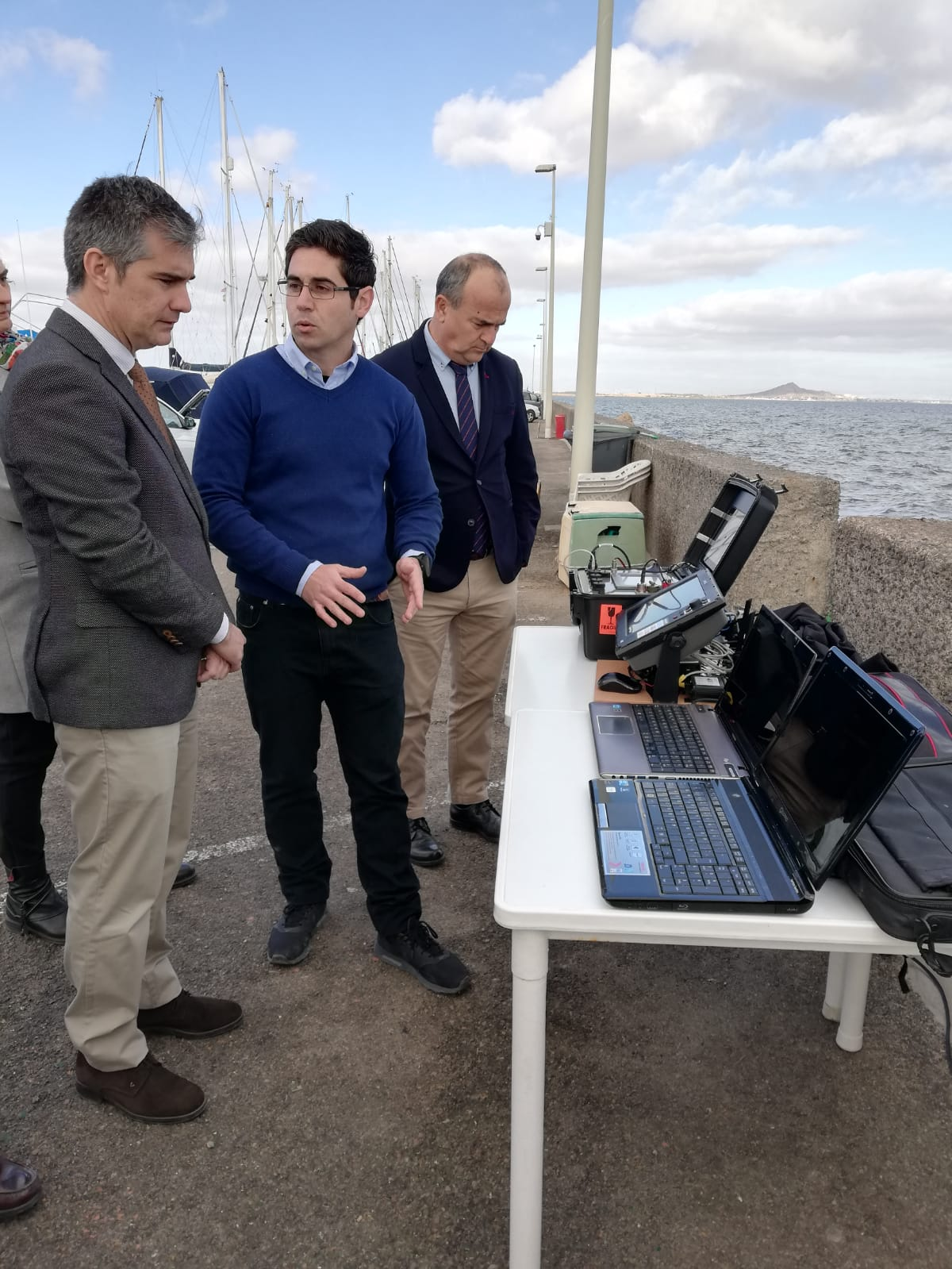Del Amor observa el sistema de control del dron de vigilancia marina. Imagen: CARM