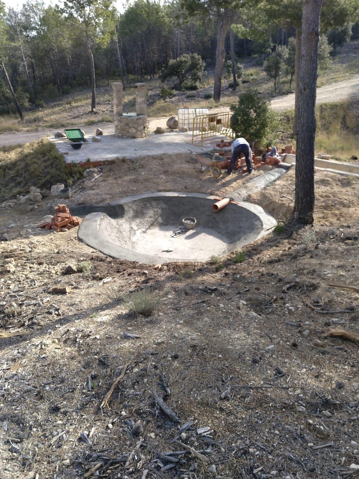 Labores de acondicionamiento y restauración de uno de los aljibes de la Sierra del Carche. Imagen: CARM