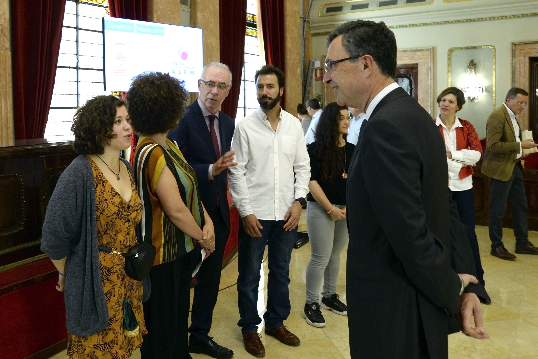 Ballesta y Navarro, hablando con algunos de los premiados. Imagen: Auto. de Murcia