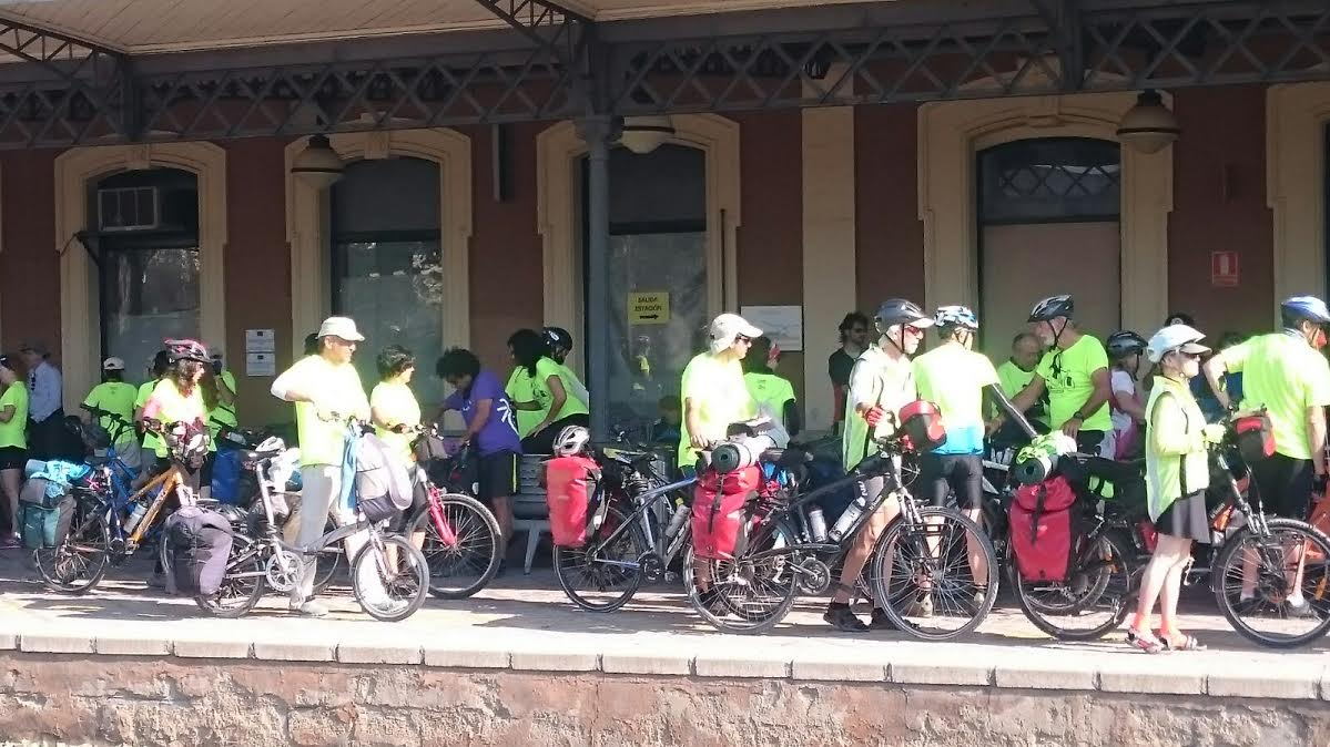 Los participantes en los Achoencuentros, esta mañana en la estación de Renfe de Murcia