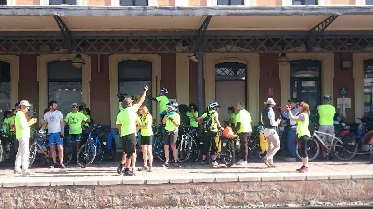 Los cicloturistas recorrían hoy la Vía Verde del Noroeste, el antiguo trazado del tren a  aMula