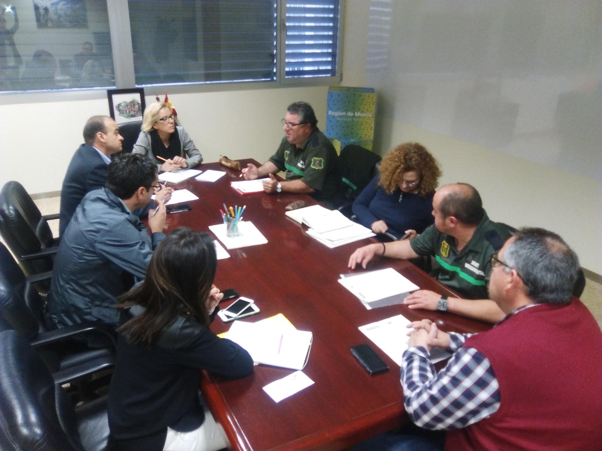 La consejera, en la reunión de trabajo con los representantes de los sindicatos UGT y CCOO del cuerpo de agentes medioambientales. Imagen: CARM