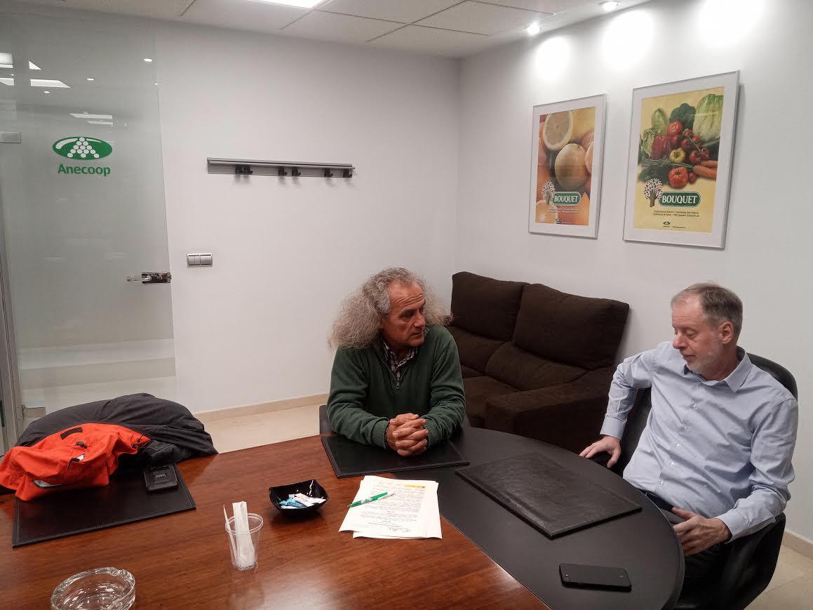 Firma del convenio por parte del director de ANSE, Pedro García (i) y de Anecoop en Murcia, José Hidalgo. Imagen: ANSE