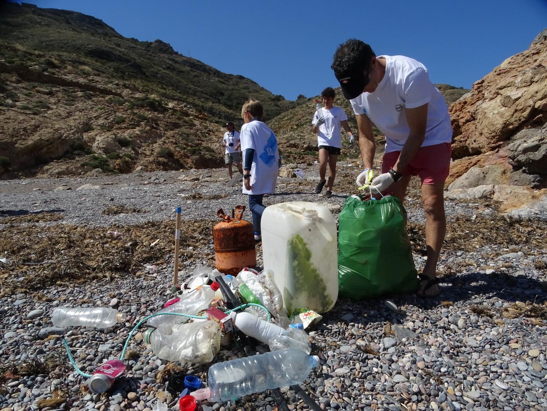 Un momento de la limpieza en Cala Salitrona. Imagen: ANSE