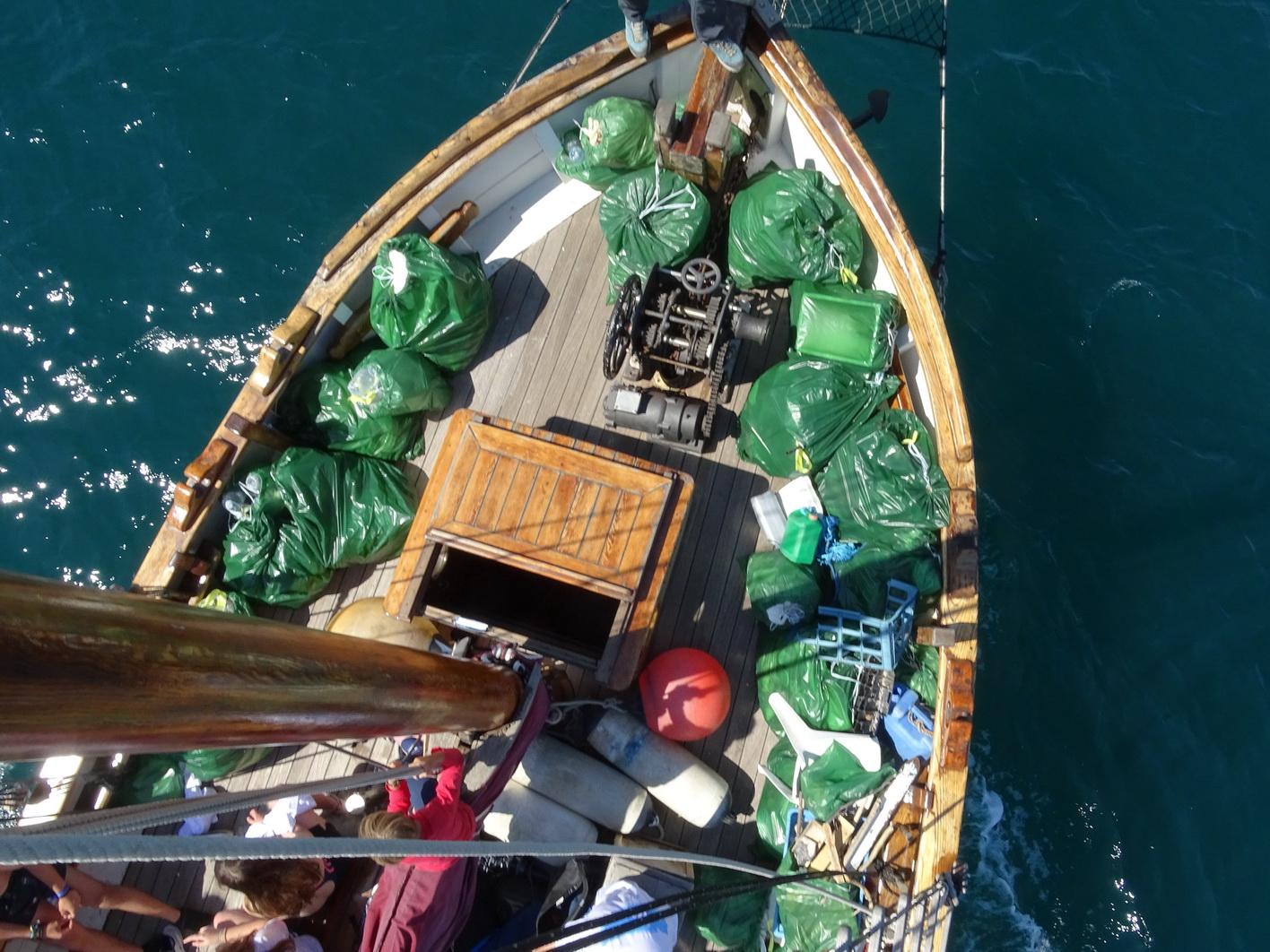 Los 30 sacos de basura se transportaron en el Else. Imagen: ANSE