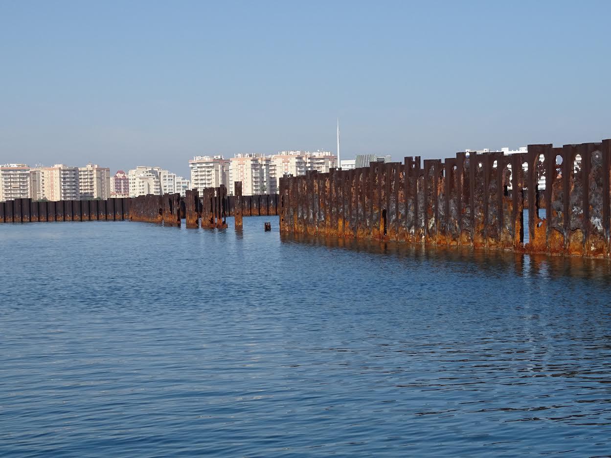 Situación de las tablestacas deterioradas por la acción del mar. Imagen: P. García /ANSE