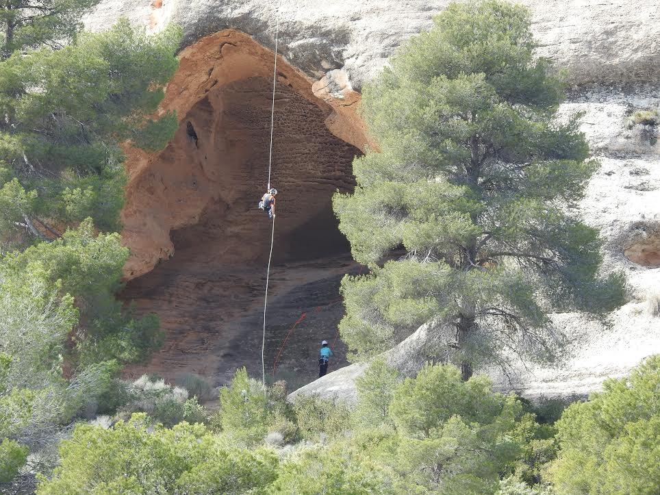 Actividad de escalada en la Cueva Horadada. Imagen: Anida