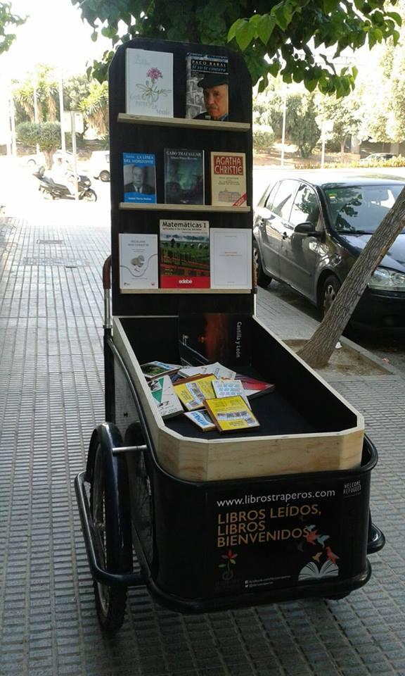 La popular 'librería a pedales' de la familia Espejo, galardonada por Murcia en Bici. Imagen: Murcia en Bici