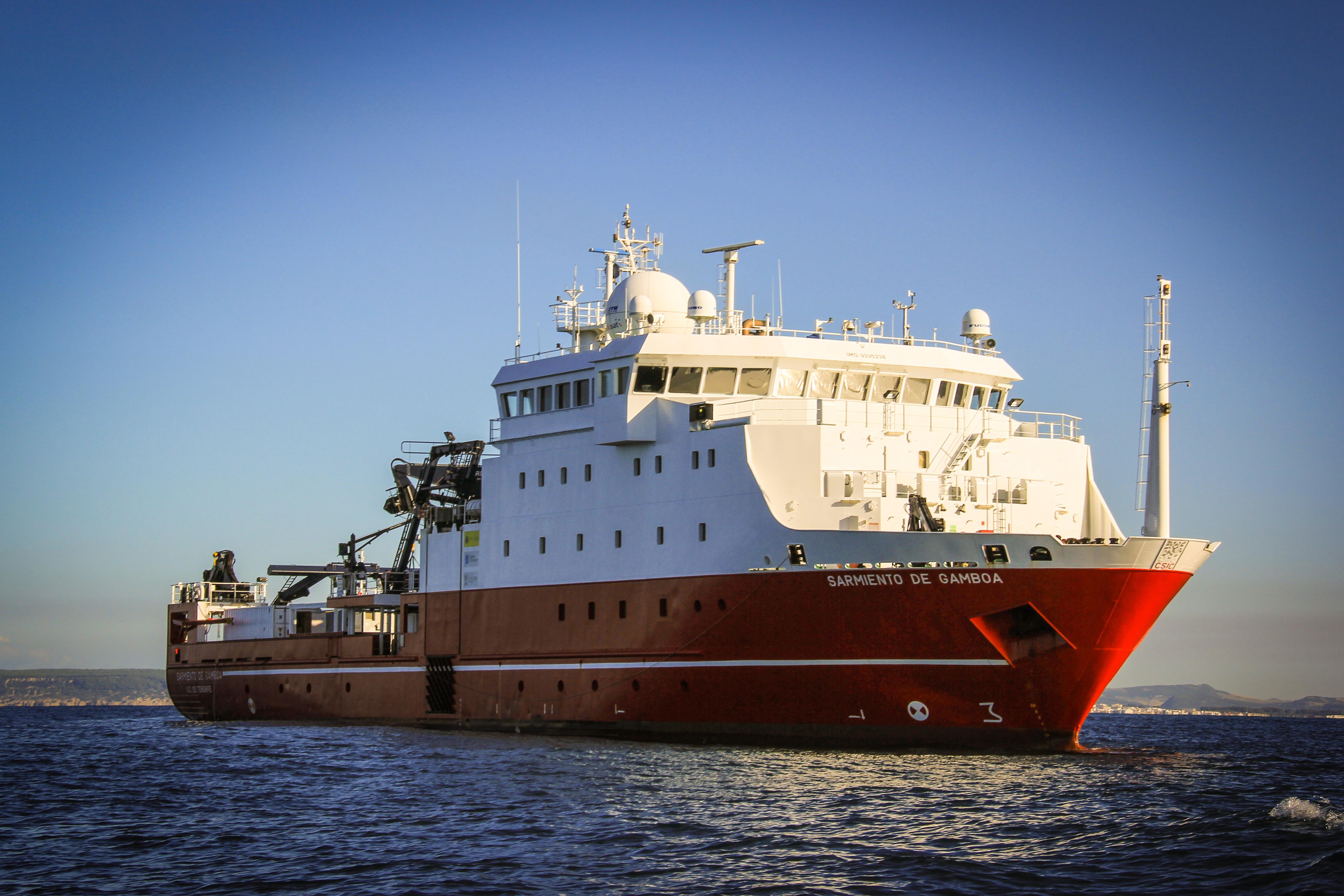 Buque oceanográfico Sarmiento de Gamboa, en el curso de la Campaña HotMix. Imagen: Josep M. Gasol / CSIC