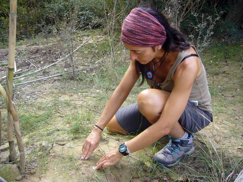La monitora ambiental recomienda pararse a mirar rastros de animales (imagen cedida por Belén Escudero).