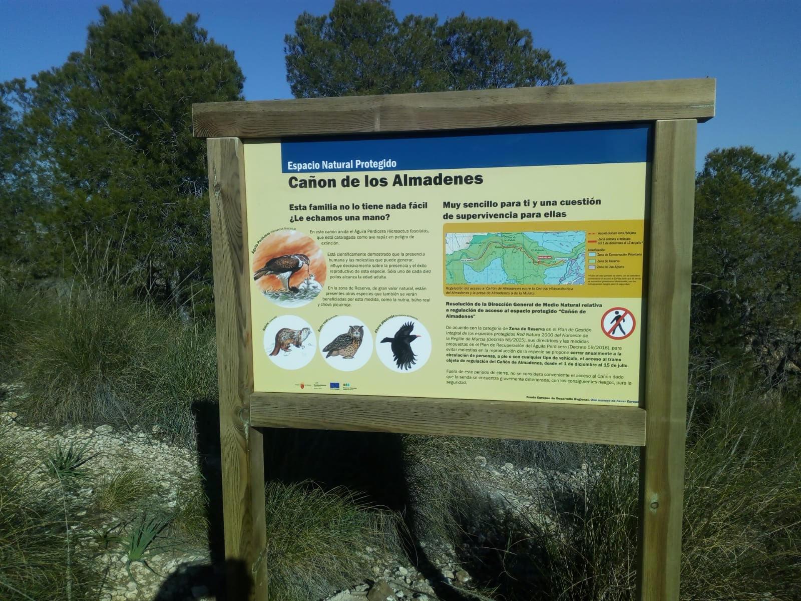 Nueva cartelería informativa sobre el águila perdicera en el Cañón de Almadenes. Imagen: CARM