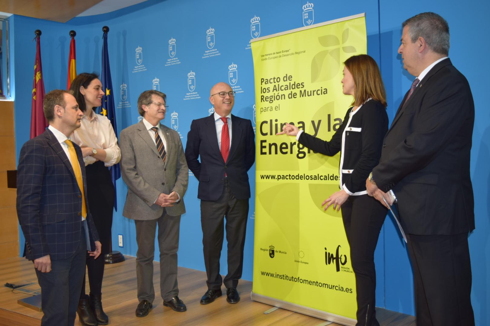 El consejero de Desarrollo Económico, Turismo y Empleo, Juan Hernández (4i), ha presentado hoy 'Life Adaptate', un proyecto que enseña a los ayuntamientos europeos a diseñar planes contra el cambio climático. Imagen: CARM